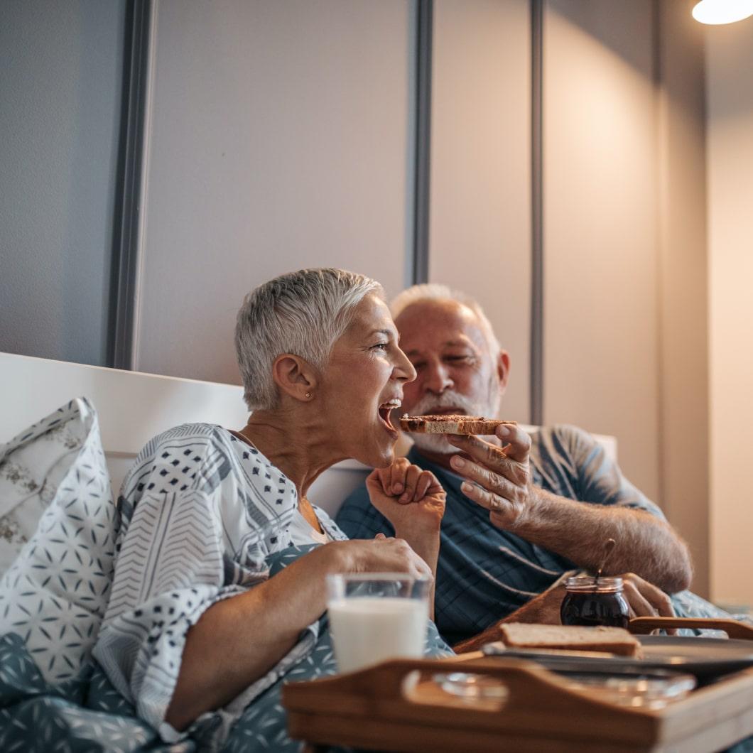一对夫妇在床上吃早餐