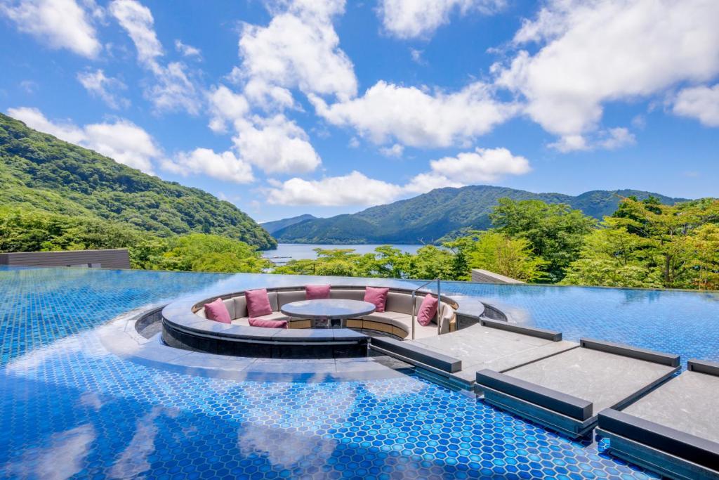 箱根芦香织日式旅馆内部或周边的泳池