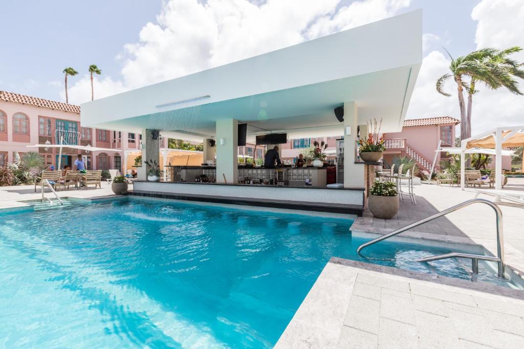 加勒比棕榈度假酒店内部或周边的泳池