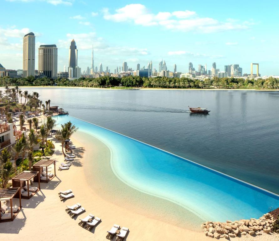 迪拜柏悦酒店内部或周边泳池景观