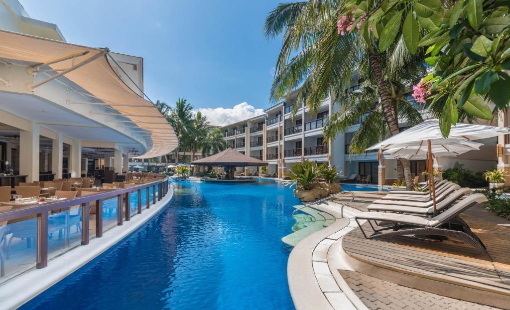 和南恩泻胡度假酒店内部或周边的泳池
