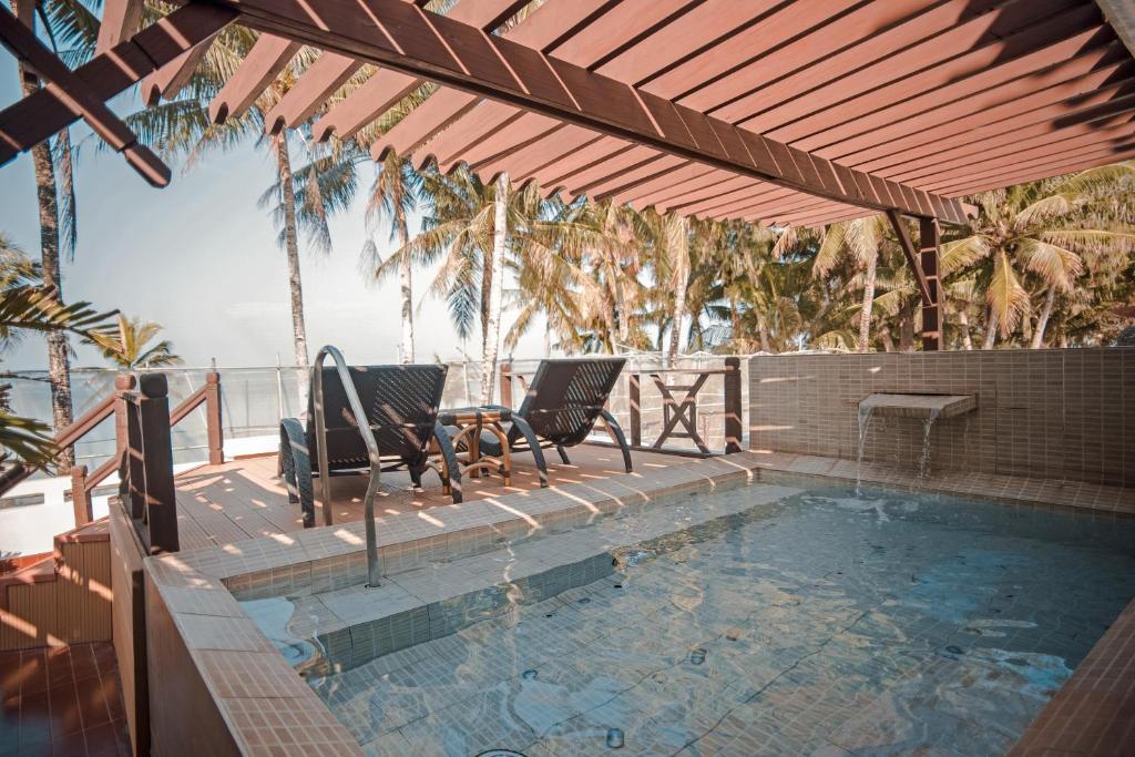 长滩岛华文酒店内部或周边的泳池