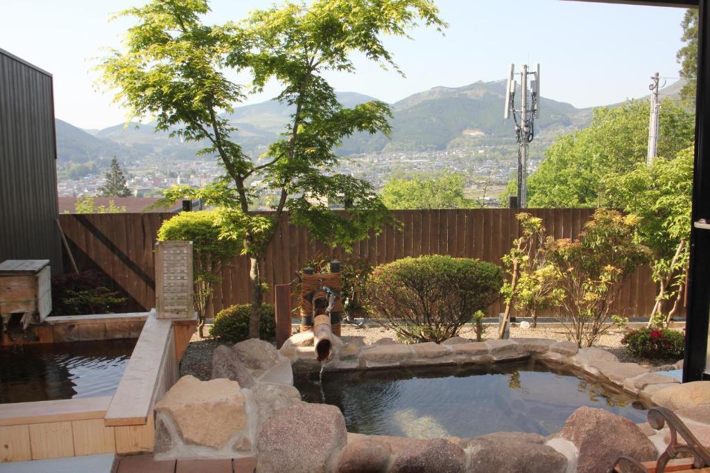 汤布院山庄吾亦红日式旅馆内部或周边的泳池