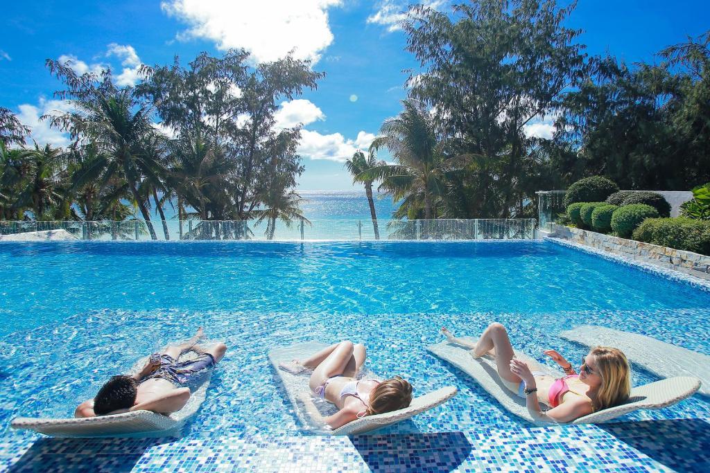长滩岛市区酒店内部或周边的泳池