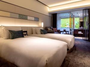 京都索拉利亚西铁尊贵酒店客房内的一张或多张床位