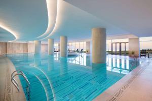 青岛鲁商凯悦酒店内部或周边的泳池