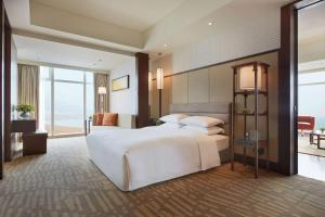 青岛鲁商凯悦酒店客房内的一张或多张床位