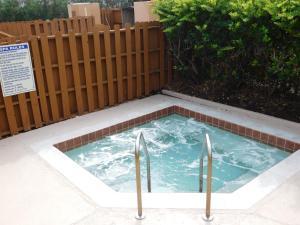 奥兰多关口贝斯特韦斯特酒店内部或周边的泳池
