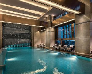 深圳四季酒店内部或周边的泳池