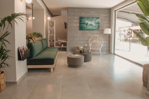 Ammos Beach Seaside Luxury Suites大厅或接待区