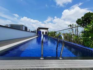 Santa Grand Hotel East Coast (SG Clean, Staycation Approved)内部或周边的泳池
