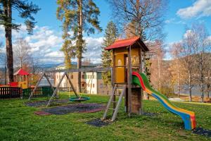 Jugend- und Familiengästehaus Cap Wörth的儿童游玩区