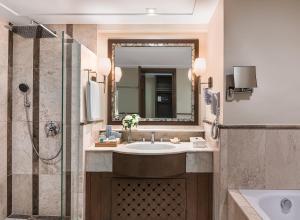 赫纳恩丽景湾spa酒店的一间浴室