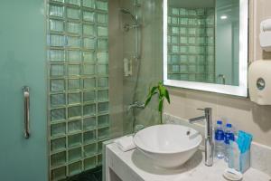 上海北方智选假日酒店的一间浴室