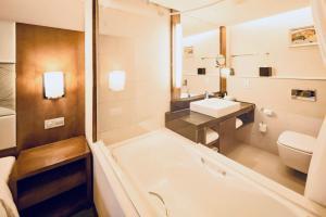 青岛中心假日酒店的一间浴室