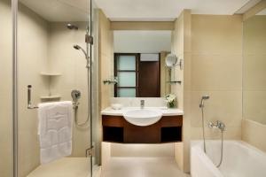 青岛香格里拉的一间浴室