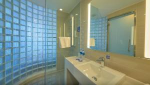 沈阳北站智选假日酒店的一间浴室