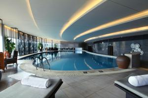 唐拉雅秀天津酒店内部或周边的泳池