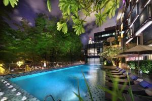Park Regis Singapore内部或周边的泳池