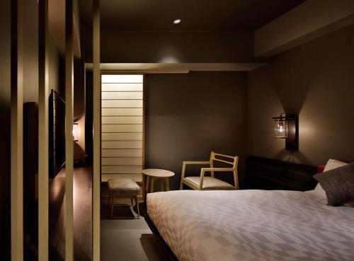 京都河原町三条瑞索酒店客房内的一张或多张床位