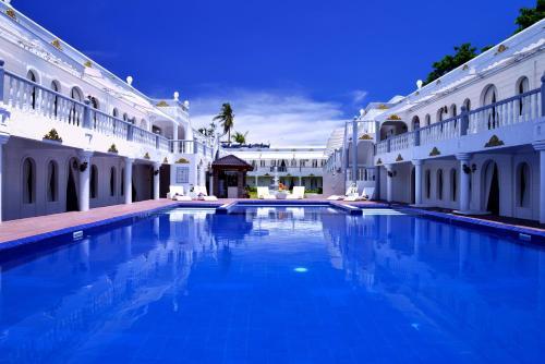 长滩岛夏季宫殿酒店内部或周边的泳池