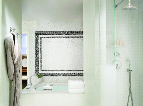 比佛利山庄伦敦西好莱坞酒店的一间浴室