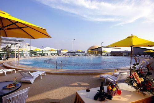 深圳恒丰海悦国际酒店(宝安)内部或周边的泳池