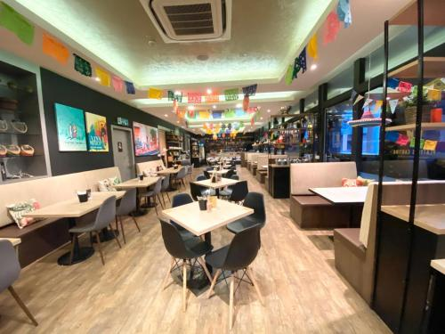 Santa Grand Hotel East Coast (SG Clean, Staycation Approved)餐厅或其他用餐的地方