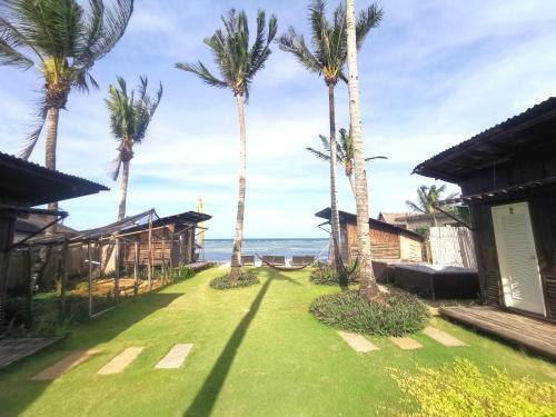 芒果骑士沙滩俱乐部酒店外面的花园