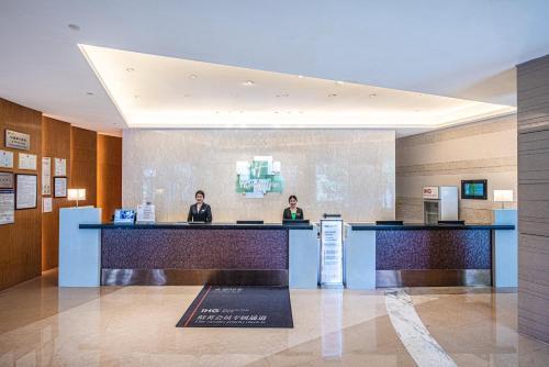 青岛中心假日酒店大厅或接待区