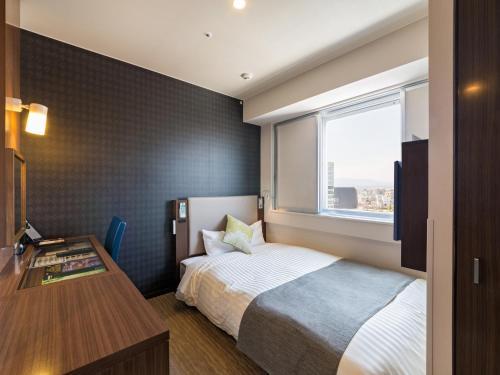 乐活JR奈良站超级酒店客房内的一张或多张床位