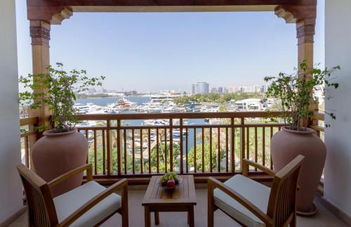 迪拜柏悦酒店的阳台或露台