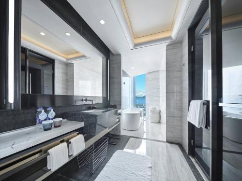 深圳蛇口希尔顿南海酒店的一间浴室