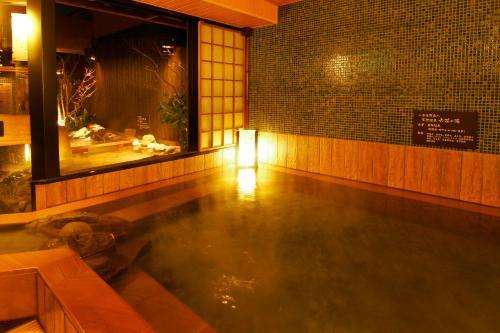 多美迎熊本天然温泉酒店内部或周边的泳池