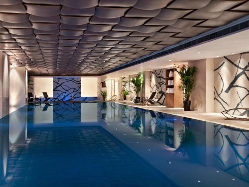 重庆凯宾斯基酒店内部或周边的泳池