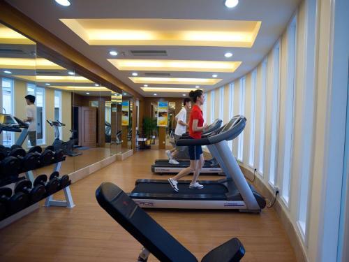 珠海来魅力假日酒店的健身中心和/或健身设施