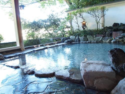 仙景酒店内部或周边的泳池