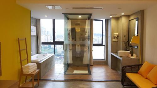重庆北欧森林艺术酒店的一间浴室