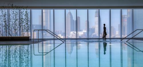 天津四季酒店内部或周边的泳池