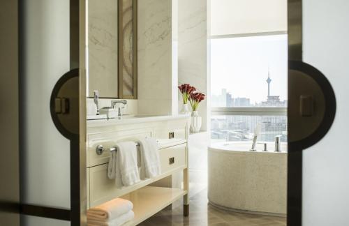 天津四季酒店的一间浴室