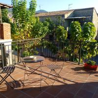 Apartment with 2 bedrooms in Sotillo de la Adrada with wonderful mountain view and terrace,位于索蒂略德拉德拉达的酒店
