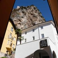 岩石酒店,位于阿科的酒店